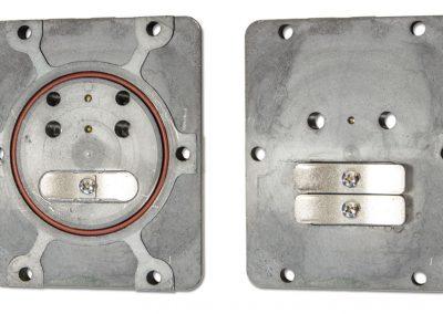 Die Vorderseite und Rückseite unserer Ventilplatten zeigen die Robuste Ausführung mit festgeschraubter Ventilfedern und versenkten Dichtring.