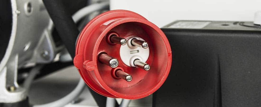 Die 400 Volt easy Kompressoren haben alle einen Phasenwendeschalter. Das erspart aufwendiges Aufschrauben des Steckers falls die Drehrichtungen nicht stimmt.